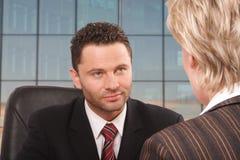 Entretien blanc d'homme et de femme d'affaires photos stock