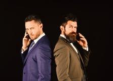 Entretien d'affaires et concept de rivalité Hommes d'affaires avec les visages sûrs photo stock