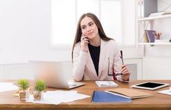 Entretien d'affaires, femme consultant par le téléphone au bureau Images libres de droits