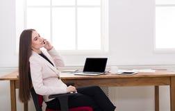 Entretien d'affaires, femme consultant par le téléphone au bureau Photos libres de droits