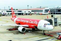 Entretien d'Air Asia d'avion de ligne vérifiant pendant le ravitaillement Photos stock