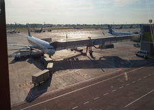 Entretien d'avion de ligne dans l'aéroport international Photos libres de droits