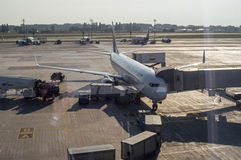 Entretien d'avion de ligne dans l'aéroport international Photographie stock