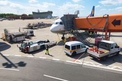 Entretien d'avion de passagers dans l'aéroport avant le vol, fonctionnements au sol chez Berlin Airport Image libre de droits
