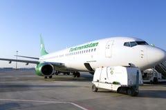 Entretien d'avion de passagers dans l'aéroport avant vol Image libre de droits