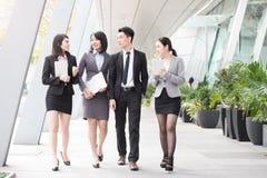 Entretien d'hommes d'affaires dans le bureau Image stock