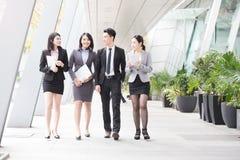 Entretien d'hommes d'affaires dans le bureau Photos stock