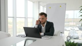 Entretien de cadre commercial sur le mobile au lieu de travail dans le bureau moderne, homme d'affaires sérieux Works sur l'ordin banque de vidéos