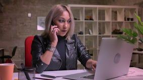 Entretien de calme de Nica de fille blonde caucasienne, illustration de conversation, se reposant sur le lieu de travail dans seu banque de vidéos