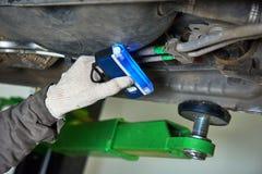Entretien de climatiseur de voiture fuite de fréon de détection avec l'émetteur à rayonnement ultraviolet photos libres de droits