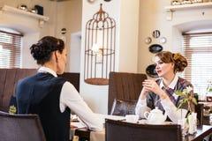 Entretien de deux joli amies en café Image stock