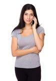 Entretien de femme au portable Photos libres de droits
