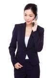Entretien de femme d'affaires au téléphone portable photos stock