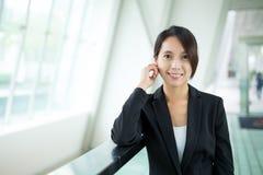 Entretien de femme d'affaires au téléphone portable Photographie stock