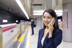 Entretien de femme d'affaires au téléphone portable Photographie stock libre de droits