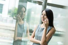 Entretien de femme d'affaires au téléphone portable dans le bureau Photo stock