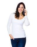 Entretien de femme de brune au téléphone portable Photo stock