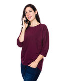 Entretien de femme de brune au téléphone portable Photos stock