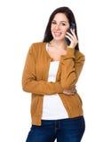 Entretien de femme de brune au téléphone portable Photographie stock