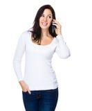 Entretien de femme de brune au téléphone portable Image stock