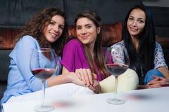 Entretien de fille au-dessus d'un verre de vin Image stock