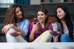 Entretien de filles au-dessus d'un verre de vin Photo libre de droits