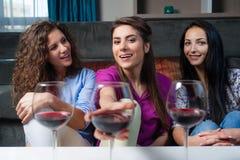 Entretien de filles au-dessus d'un verre de vin Photographie stock libre de droits