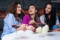 Entretien de filles au-dessus d'un verre de vin Images stock