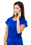 Entretien de jeune femme au téléphone portable Photo libre de droits