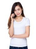 Entretien de jeune fille au téléphone portable image libre de droits