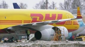 Entretien de l'avion TU-204C de DHL banque de vidéos