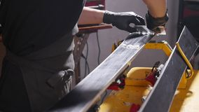 Entretien de ski et concept de réparation Le travailleur d'atelier faisant le cirage et les réparations skient et font du surf de banque de vidéos