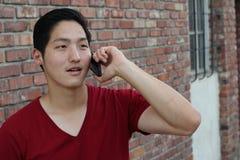 Entretien de téléphone Headshot de portrait de plan rapproché d'homme asiatique parlant au téléphone portable d'isolement sur le  Photos stock