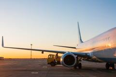 Entretien des avions dans le tablier d'aéroport Photo stock