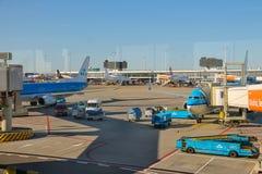 Entretien des avions sur l'aérodrome à l'aéroport Amsterdam Images libres de droits