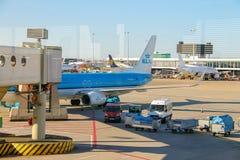 Entretien des avions sur l'aérodrome à l'aéroport Amsterdam Image stock