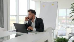 Entretien exécutif heureux sur le smartphone au lieu de travail au centre d'affaires, conversation téléphonique de jeune patron d banque de vidéos