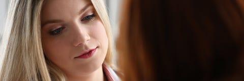 Entretien femelle amical bel de docteur avec reconnaissant Image stock