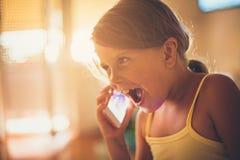 Entretien heureux au téléphone portable photo libre de droits