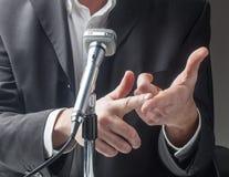 Entretien masculin de politicien l'en public Image stock
