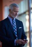 Entretien supérieur d'homme d'affaires au téléphone portable Images libres de droits