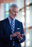 Entretien supérieur d'homme d'affaires au téléphone portable Photographie stock libre de droits