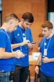 Entretiens d'équipe de génie d'Apple les uns avec les autres Images libres de droits