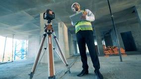 Entretiens d'un constructeur, utilisant un talkie - walkie à un site, fin  clips vidéos