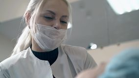 Entretiens de maître de front avec la femme au sujet de microblading dans le salon clips vidéos
