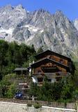 Entreves, Courmayeur, Italie - 10 août 2018 : Beau village avec le funiculaire de montagne de Skyway Monte Bianco, Italie photographie stock libre de droits