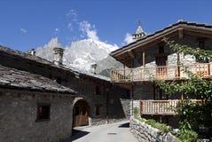 Entreves Courmayeur, un bello villaggio con nuovo Monte Bianco skyway Immagini Stock Libere da Diritti