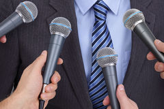 Entrevista com microfone fotos de stock
