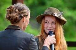 Entrevista com uma menina de cabelo do gengibre imagem de stock royalty free