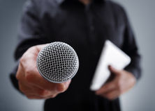 Entrevista con el micrófono fotos de archivo libres de regalías